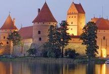 Lituânia | Europa / Em 2015, a Lituânia se tornará parte da zona do euro. Além disso, possui belíssimas praias como a Curlândia, que é apoiada pelo maior movimento de dunas da Europa; e também a cidade barroca de Vilnius, que entrou na lista de Patrimônio da Humanidade.