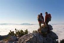 """Wandern und Bergsteigen / Ab in die Bergstiefel und rauf auf die Gipfel, danach sonnen auf einer der vielen Hütten-Terrassen und eine Brotzeit dazu ...  Hunderte ausgewiesene Wanderwege in allen Schwierigkeitsgraden durchziehen die Ferienregion Chiemsee-Alpenland. Aussichtsreiche Touren hoch in die Chiemgauer Alpen, in die Region Samerberg, in das Inntal oder in das """"Kaiser-Reich"""" an der österreichischen Grenze warten auf euch!"""