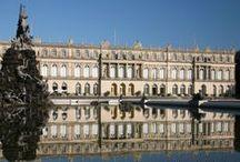 """Schloss Herrenchiemsee / Auf der Herreninsel befindet sich das berühmte Schloss Herrenchiemsee. Als Abbild von Versailles sollte dieses Schloss ein """"Tempel des Ruhmes"""" für König Ludwig XIV. von Frankreich werden, den der bayerische Monarch grenzenlos verehrte."""