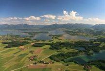 """Seen / Mit rund 30 Seen und Flüssen ist das Chiemsee-Alpenland ein Eldorado für Naturliebhaber.   Neben dem Chiemsee, der auch das """"Bayerische Meer"""" genannt wird und der drittgrößte Binnensee Deutschlands ist, gibt es zahlreiche kleinere Seen, die zum baden und erholen einladen.  Eine weitere Perle der Natur ist die Eggstätt-Hemhofer Seenplatte mit 18 Seen. Sie ist das älteste Naturschutzgebiet Bayerns."""