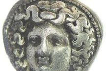 Numismatik - Antike / Die Antike umfasst nicht nur griechische und römische Münzen, sondern auch die Prägungen benachbarter Kulturen dieser Zeit, darunter orientalische Reiche, Lyder, Perser, Parther, Sassaniden, hellenistische Monarchien sowie deren graeco-baktrische und griechisch-indische Sonderformen (zum Beispiel Kushan) und in Europa auch die keltischen Münzen.
