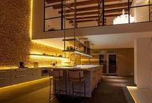 Iluminação Incorporada / Possibilidades de valorização com a luz em vãos, frestas, mobiliários, recortes em forros.