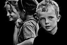 Τα πρόσωπα των παιδιών είναι πατρίδες /   ..  φερμένες εδώ απ' τα τέσσερα σημεία της γης  για ένα διάλογο αγάπης.  , Νικηφόρος Βρεττάκος,