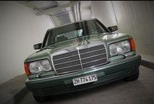 Mercedes-Benz 560 SEL 1988 (V126 / W126) / Mercedes-Benz 560 SEL Baujahr 1988 Lackierung Nelkengrün metallic (261), Polsterung Velours Piniengrün (976)