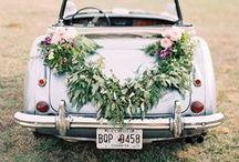 Oldtimer-Blumenschmuck // Dreamday with Dreamcar / Die schönsten Blumenschmuck-Ideen für dein Hochzeitsauto: von Blumengesteck, Luftballons und Schleifen bis zur Blumen-Girlande.