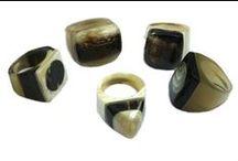 Combinado de Moda #2 / Este es un combinado de de anillos de moda hecho con asta de vaca. Los anillos son únicos e irrepetibles en cuanto a sus colores. Se pueden usar en distintas ocasiones, ya sea que se use al aire libre o en espacios cubiertos. Los colores naturales hacen que se puedan combinar con distintas prendas.