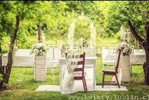 Śluby plenerowe - dekoracje, kwiaty, lampiony / Aranżacje kwiatowe miejsca młodej pary i gości na ślubie w plenerze