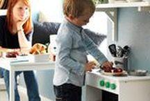 """Cozinhas IKEA: Gastronomia incentiva novas vendas / Tudo gira em torno da gastronomia. Para a IKEA, sim! Mas a gigante sueca vai além do preparo de alimentos para definir a importância da cozinha – hoje, convertida em um local de múltiplas atividades. O Catálogo Ikea 2016, por exemplo, centra-se na cozinha como um todo: """"É o espaço onde plantamos, cozinhamos, servimos, confraternizamos e armazenamos alimentos""""."""