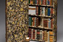 Miniatuurbibliotheken / Fascinerende kleine boekjes, liefst in een kast bijeengebracht, met een thema