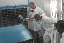 Le Qualifiche: Carrozziere / I ragazzi imparano a riparare, sostituire, verniciare  e, in certi casi, fabbricare parti del telaio e della carrozzeria di autoveicoli.