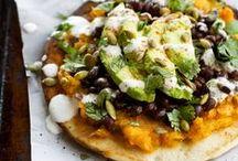 Vegan Mexicaanse recepten / Heerlijke veganistische vegan recepten uit de mexicaanse keuken zoals tortillasoep, de vegan nachos uit de oven met guacemole, gevulde zoete aardappel en de tempeh taco's met limoensaus.