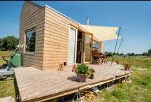 Tiny House Movement / De Tiny House Movement: doe meer met minder ruimte. Deel een kleine ruimte optimaal in.Stoere kleine huisjes waar ik zo in wil wonen. Vooral een fenomeen in Amerika, maar ook in Nederland komen gelukkig steeds meer kleine huisjes.