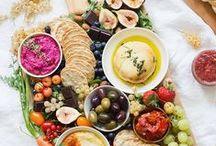 vegan snacks / Gezonde en snelle recepten voor vegan veganistische snacks. De beste vegan burgers, kaas, kazen, hummus, dips etc. Om mee te nemen of lekker thuis van te genieten. Bij de borrel of voor gewoon voor de lekkere trek. Makkelijke hapjes voor iedere feestje. Zowel zoete als hartige snacks.