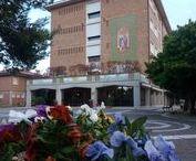 """CENTRO VACANZE CAVALLINO / L'Opera """"Beato Nascimbeni"""" dispone di 55 camere: quadruple, triple,doppie e singole. Le camere, dotate tutte di servizi interni, alcune con splendido terrazzino, sono accoglienti, spaziose e luminose. Tutte sono munite di riscaldamento e aria condizionata.  La Casa per Ferie si sviluppa in una struttura centrale e due dependance, all'interno del suo parco. I servizi di pernottamento e prima colazione di tipo continentale, sono serviti a buffet in un'ampia e luminosa sala con vista sul parco."""