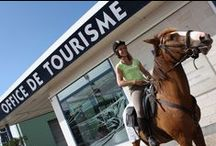 Office de tourisme mobile / Les offices de tourisme sortent de leurs murs et vont au devant des visiteurs, avec divers moyens de locomotion : véhicule ancien, véhicule durable, vélo, triporteur ou cheval...