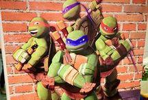 Teenage mutant ninja turtles party / Στους «δρόμους» της ΝέαςΥόρκης, εξελίσσεται το πάρτυ που σας παραθέτω. Βαρέλια στα στενά, έργα οδοποιίας και όλα αυτά που συναντούν οι ήρωες μας στην καθημερινή τους δράση, διακόσμησαν την αίθουσα. Γλειφιτζούρια, δώρα και ζαχαρωτά, μπλέχτηκαν με τους 4ήρωες της κλασικής πλέον ιστορίας. Το απόλυτο boy party….είναι στο evendi !