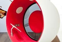 Le mobilier rouge : pour un meilleur dynanisme / Une sélection de produit autour de la couleur rouge. Symbole de dynamisme et de motivation.