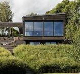 Villa Tidö / Huset består av två huskroppar som bildar en harmonisk innergård med utsikt över Mälaren. Trappan ner mot grönytorna hjälper till att på ett unikt sätt binda samman huset med resten av sjötomten.