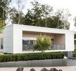 Villa Lindstedt / Genom att placera detta enplanshus på en högre höjd separeras det privata hemmet från den publika gatan. Ett stort socialt rum angränsar mot terrassen och gatan för bästa solläge, medan de privata rummen vänder sig mot naturen på tomtens baksida.