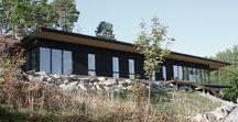 Villa Olausson / Ett 1-planshus som med hjälp av den långsmala huskroppen erbjuder utsikt över Östersjön från de flesta rum i huset. Huset är placerat på ett smakfullt sätt där baksidan bildar en unik yta tack vare berget och den förlängda takfoten.