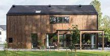 Villa Carlsson / I detta 2-våningshus möts du av den öppna planlösningen som harmoniserar med den skogsnära tomten. Ta smidestrappan upp till övervåningen för att hitta välplanerade ytor väl framhävda med hjälp av genomtänkta materialval.