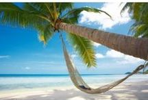 Fotomurales mar y playa / Pon una pincelada de exotismo en tu hogar con un paisaje de palmeras y adorna tus paredes con #fotomurales de playas y mares de entornos paradisíacos como Santorini, Tailandia o Las Maldivas.