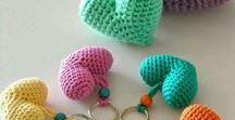 TeJidOO / Con el crochet podemos crear un tejido con multitud de formas y colores. El crochet es una técnica muy antigua que actualmente se encuentra recuperada en la elaboración artesanal de piezas de bisutería moderna.Para crear manualidades navideñas,muchos artesanos trabajan hilos dorados con la técnica del crochet.