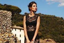 """Dolce & Gabbana: il vestito siciliano / Uno dei pezzi della quarta collezione di Domenico Dolce e Stefano Gabbana, fu chiamato """"Il vestito siciliano"""" dalla stampa della moda, e fu indicato dall'autore Hal Rubenstein come uno dei 100 vestiti più importanti mai disegnati. È considerato essere il pezzo più rappresentativo per il marchio in questo periodo."""