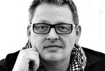 Henrik Pedersen pre BoConcept / Vyštudoval módne návrhárstvo, školu dokončil v roku 1990, ale svoje vzdelanie využíva všestranne vo všetkých odvetviach dizajnu. Pre BoConcept vytvoril množstvo ikonického nábytku a svietidiel. Najviac ho inšpiruje blízky pohľad na to, ako veci fungujú. Predstavujeme Vám talentovaného dizajnéra Henrika Pedersena.
