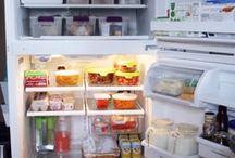 Geladeira e organização / A geladeira não deixa de ser um armário, certo? Então mantê-lo organizado facilita a limpeza e evita o desperdício com alimentos vencidos por mal armazenamento...