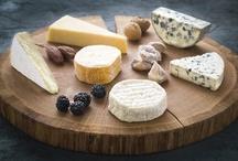 Täydellinen juustolautanen / Luo oma juustolautasesi juhlia varten! Runsas juustotarjotin on hyvä vaihtoehto makeiden jälkiruokien sijaan - kokeile ja ihastu.