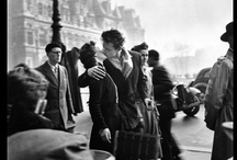 PARIS VU PAR DOISNEAU / Robert Doisneau (April 14, 1912, Gentilly, Val-de-Marne – April 1, 1994) was a French photographer. In the 1930s he used a Leica on the streets of Paris; together with Henri Cartier-Bresson he was a pioneer of photojournalism. He is renowned for his 1950 image Le baiser de l'hôtel de ville (Kiss by the Hôtel de Ville), a photo of a couple kissing in the busy streets of Paris. Robert Doisneau was appointed a Chevalier (Knight) of the National Order of the Légion d'honneur in 1984