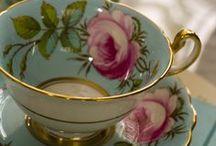 Só  Xicaras de porcelana / Acredito que o simples segredo da vida, consiste simplesmente em aceita- la assim como ela é....