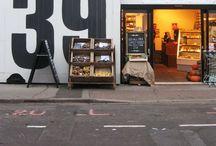 Cafés und Geschäfte