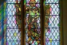 Kerk troues / ...om laat middag in 'n kerk te trou waar die son deur loodglas reënboog kleure op die bruidspaar gooi. Kerk klokke, nostalgie, vintage,