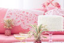 """Pink Party - Hochzeitsinspiration / Strahlendes Pink und leuchtendes Mint stehen im Mittelpunkt von """"pink Party"""". Tolle Deko-Accessoires wie Flamingos oder Ananas: genau das richtige Motto für alle, die es witzig und verspielt mögen!"""