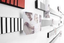 INFINITAS Fotoleiste / Durch die besondere Anordnung der gefrästen Linien lassen sich alle Fotogrößen beliebig im  Hoch- oder Querformat aufhängen – egal, ob  die Leiste vertikal oder horizontal aufgehängt ist. Easy way to dsiplay your photos. MADE IN GERMANY!