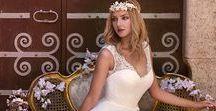 Novia D'Art / Willkommen im speziellen Moment Ein Stil, indem klassische Eigenschaften nicht uneins mit Kreativität und Anmut sind. Dieser Stil entwickelt sich ständig weiter und passt sich aktuellen Tendenzen an, so dass sich die Braut gelassen, in dem Kleid ihrer Träume fühlt.