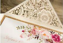 Papeterie / Schöne, besondere Papeterie ist einfach ein Zeichen der Wertschätzung euch selbst, eurer Hochzeit und euren Gästen gegenüber. Klar kann man heutzutage alles per Mail erledigen aber für eine Hochzeit sollte man definitiv die Papierform wählen. Wer freut sich heutzutage denn nicht über einen schön gestalteten Umschlag im Briefkasten der schon Vorfreude auf das Fest aufkommen lässt?:-)Eine Mail hebt man nicht auf..einen schönen Brief oder Einladung und spätere Dankeskarte aber schon:-)<3