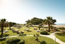 ROBINSON Club Sarigerme Park / Der ROBINSON Club Sarigerme Park liegt nur 20 Kilometer von der türkischen Stadt Dalaman entfernt und erstreckt sich über eine Fläche von über 283.000 qm. Der Club ist direkt am Hang gebaut und bietet einen traumhaften Blick über die weitläufige Sandbucht von Sarigerme, einer der schönsten Strände der Türkei.  Die Anlage verfügt über insgesamt 294 moderne Zimmer und spricht besonders Paare und Alleinreisende an.
