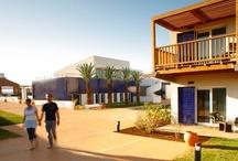 """ROBINSON Club Quinta da Ria / Idyllisch zwischen zwei der berühmtesten Golfplätze Portugals liegt der ROBINSON Club Quinta da Ria mitten im Naturschutzgebiet Ria Formosa an der Ostalgarve in Portugal. Die beiden 18-Loch-Golfplätze """"Quinta da Ria"""" und """"Quinta de Cima"""" grenzen direkt an den Club. Beide Anlagen bieten faszinierende Ausblicke auf den Atlantik. Eine langgestreckte Sandinsel mit eigener Beachbar befindet sich direkt am Club. Der Flughafen Faro liegt 45 km entfernt, bis zur spanischen Grenze sind es nur 16 km."""