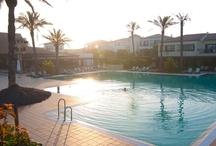 ROBINSON Club Playa Granada / In der Provinz Granada an der Südküste Spaniens direkt am langen öffentlichen Strand der Costa Tropical liegt der ROBINSON Club Playa Granada. Die Ausläufer der Sierra Nevada, des höchsten Bergmassivs Spaniens, erstrecken sich fast bis an die Küste. Malaga liegt 95 km (Flughafen ca. 1,5 Stunden) westlich, Granada mit seiner berühmten Alhambra 60 km nördlich. Der ROBINSON Club Playa Granada richtet sich mit seinem breiten Sport- und Freizeitangebot besonders an Alleinreisende und Paare