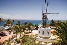 ROBINSON Club Esquinzo Playa / Der ganzjährig buchbare ROBINSON Club Esquinzo Playa liegt in der Nähe des kleinen Fährhafens Morro Jable an der Südostküste Fuerteventuras, etwa 40 Meter über dem Meer. Vom 100.000 qm großen Grundstück führt ein befestigter Weg zum langen, öffentlichen Sandstrand. Durch das breite Freizeit- und Betreuungsangebot für Kinder ab 2 Jahren und Jugendliche fühlen sich hier vor allem Familien wohl.