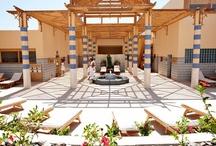 ROBINSON Club Soma Bay / Der ganzjährig buchbare ROBINSON Club Soma Bay liegt 47 km südlich vom ägyptischen Flughafen Hurghada in der Urlaubsregion Soma Bay, etwa 240 km von Luxor entfernt. Das 120.000 qm große Grundstück zwischen Wüste und Rotem Meer grenzt auf ca. 500 Metern an einen breiten, flach abfallenden Sandstrand mit einem der schönsten vorgelagerten Korallenriffe des Roten Meeres. Ideal für Taucher, Wassersportler und Strandliebhaber.
