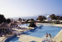 ROBINSON Club Daidalos / Der ROBINSON Club Daidalos liegt auf einer der schönsten griechischen Dodekanes-Inseln, 40 km von der Stadt Kos und acht km vom Flughafen entfernt. Das 220.000 qm große Clubgelände befindet sich auf einer 50 Meter hohen Klippe über dem Meer. Ein Schrägaufzug führt die Gäste direkt zum feinsandigen Laufstrand. Neben einem umfangreichen Wassersportangebot bietet der ROBINSON Club Daidalos einen großzügigen WellFit® Bereich mit klimatisiertem Fitnessraum und einer Open-Air-WellFit® Ebene.