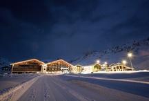 """ROBINSON Club Alpenrose Zürs / Am Arlberg direkt am Ortsrand des kleinen und exklusiven Skiorts Zürs auf 1.720 m Höhe liegt der ROBINSON Club Alpenrose Zürs. Von dem 12.000 qm großen Clubgelände bietet sich ein grandioser Blick auf den Flexenpass und die ihn umgebene Bergwelt. Das weltberühmte Skigebiet """"Ski Arlberg"""" liegt direkt vor der Haustür, die Talstation der Trittkopfbahn ist nur einen Skischwung entfernt. Auch zu den bekannten Abfahrten Hexenboden und Muggengrat ist es nicht weit."""