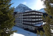ROBINSON Club Arosa / Der ROBINSON Club Arosa liegt in der Schweizer Bergwelt (1.800 m ü. d. M.) in ruhiger Waldlage im Sport- und Höhenkurort Arosa. Das 12.000 qm große Grundstück ist von Fichten umgeben und umfasst einen kleinen Teich. Der Club ist 150 km von Zürich und 30 km von Chur entfernt. Rund um den Club lockt das Ski-Gebiet mit 70 markierten Pisten aller Schwierigkeitsgrade und 40 km Freeride-Hängen, vier Luftseilbahnen, fünf Sesselbahnen, vier Skilifte und 25 km Langlaufloipen.