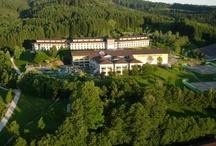 ROBINSON Club Ampflwang / Der ROBINSON Club Ampflwang liegt unmittelbar im Hausruckwald, dem größten zusammenhängenden Waldgebiet Mitteleuropas, nur 75 km von den Flughäfen Salzburg und Linz entfernt. Das Reiterparadies von ROBINSON mit eigenem Golfplatz liegt auf einem 450.000 qm großen Grundstück. Mit seinem abwechslungsreichen Sport- und Freizeitangebot für Kinder und Jugendliche eignet sich der Club besonders für Familien.