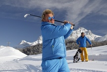 """ROBINSON TOP Event: Golf on Snow / Hier wird auf weißem Puderschnee statt saftigem Grün abgeschlagen und mit neongelben statt weißen Bällen geputtet: Golffans können bei ROBINSON in der Wintersaison ihre Poloshirts gegen Winterjacken eintauschen und im ROBINSON Club Schweizerhof/Schweiz das TOP Event """"Golf on Snow"""" erleben. Adi Hengstberger, Doppelweltmeister im Schneegolf, führt die Teilnehmer dabei über den extra angelegten 9-Loch Schnee-Parcours."""