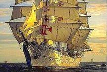 Les grands voiliers / Les grands voiliers - Historiquement, le voilier a été le premier moyen de transport à moyenne et longue distance. Les voiliers transportaient les marchandises, les passagers, le courrier. Ils étaient utilisés pour la pêche en mer, les activités militaires et les batailles navales.  À partir de la Révolution industrielle du XIXe siècle, la propulsion à voile disparaît progressivement pour le transport utilitaire, remplacée par les bateaux à vapeur puis les bateaux à moteurs.